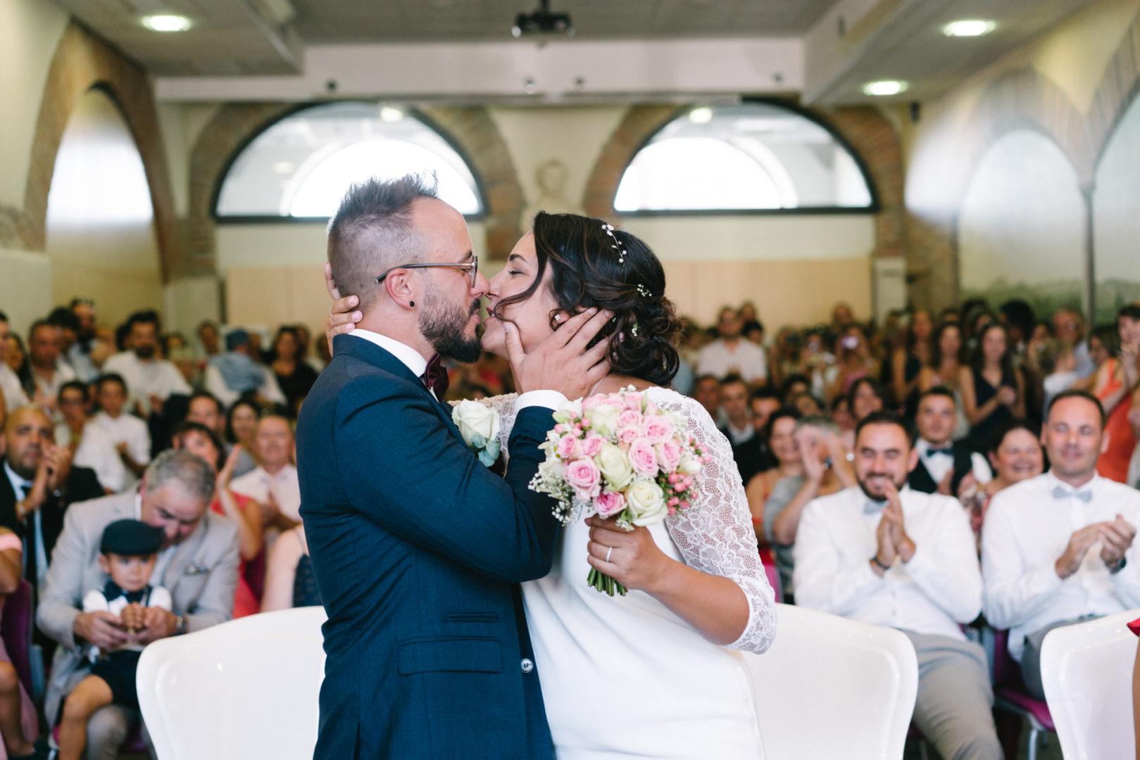 mariage baiser mairie