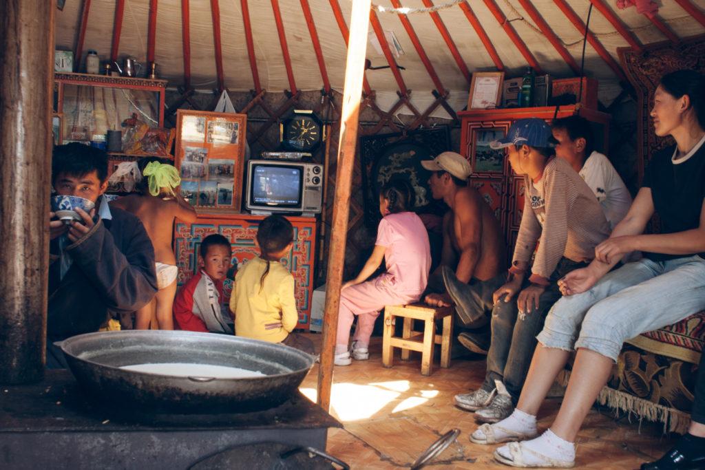dans une yourte famille mongole
