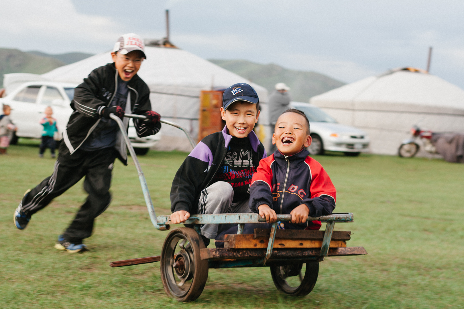 kids playing mongolie
